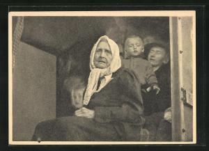 AK Flüchtlinge, alte Frau mit traurigem Gesicht und Kind mit Mann hinter sich