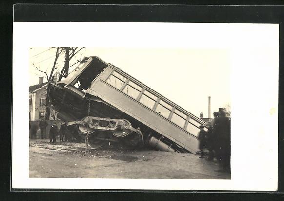 AK Eisenbahnkatastrophe, Zug hängt an Kante, drohender Absturz