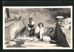 AK Indonesien, Waschfrauen bei der Arbeit