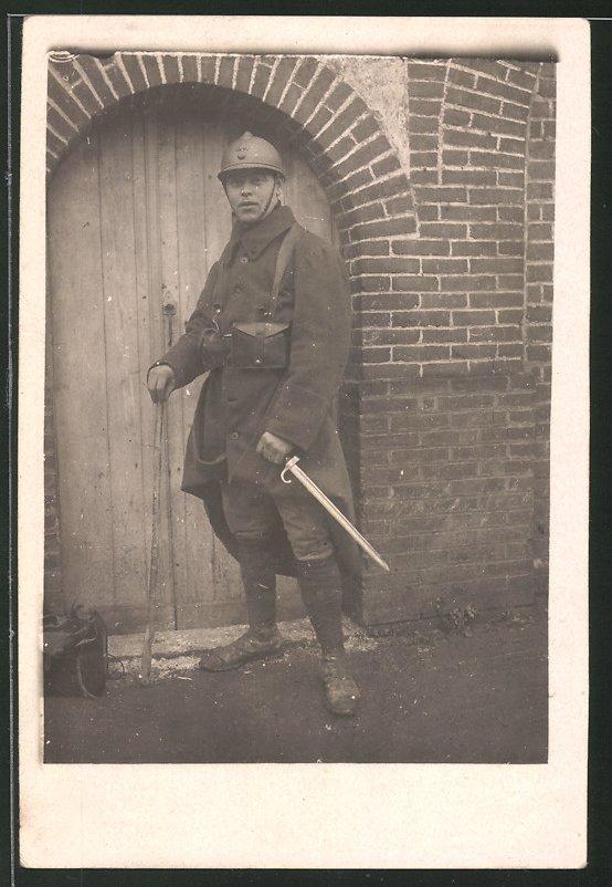 Fotografie 1.WK, französischer Soldat mit Bajonett & Adrian-Helm