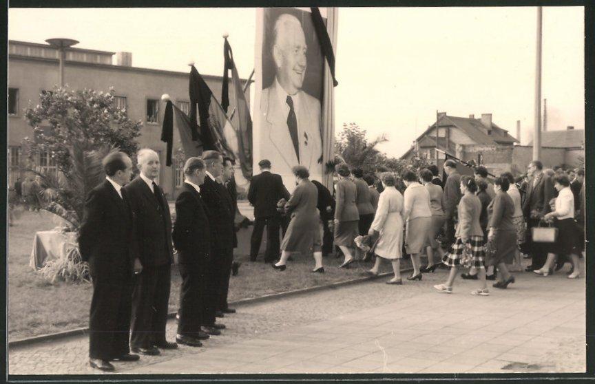 Fotografie Ehrenwoche beim Tod von W. Pieck, links der Bürgermeister von Merseburg