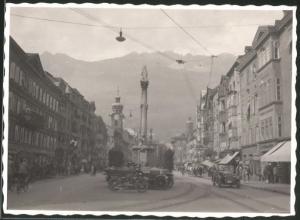 Fotografie Fotograf unbekannt, Ansicht Innsbruck, Motorrad BMW, Strassenansicht mit vielen Geschäften