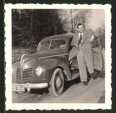 Fotografie Auto Ford Buckel Taunus, Fahrer steigt in PKW