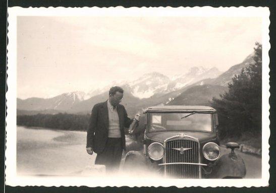 Fotografie Auto Adler Cabrio, Fahrer mit Flasche Wein