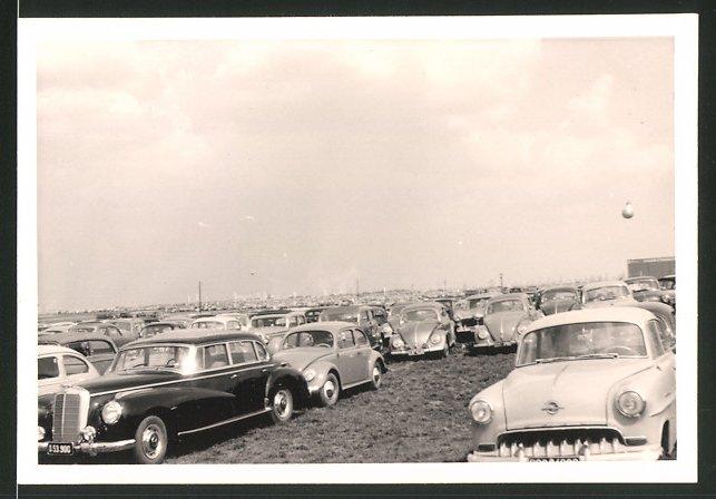 Fotografie Auto Mercedes Benz, Opel und VW Käfer, PKW's auf einem Parkplatz