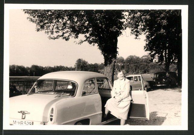 Fotografie Auto, Dame steigt in PKW ein