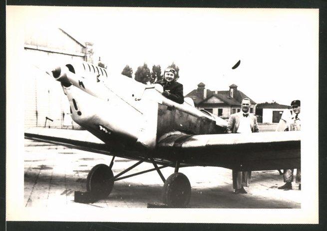 Fotografie Flugzeug, einmotoriger Zweisitzer, Adler-Emblem auf dem Propeller