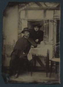 Fotografie Ferrotypie Paar in eleganter Kleidung mit Gebäude-Kulisse