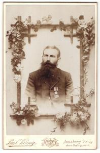 Fotografie Paul Körnig, Annaberg i/Erzgeb., Portrait Mann mit Vollbart mit Orden