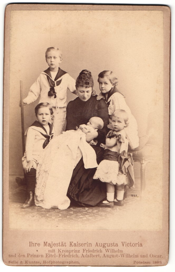 Fotografie Selle & Kuntze, Potsdam, Portrait Kaiserin Augusta Victoria mit ihren Kindern