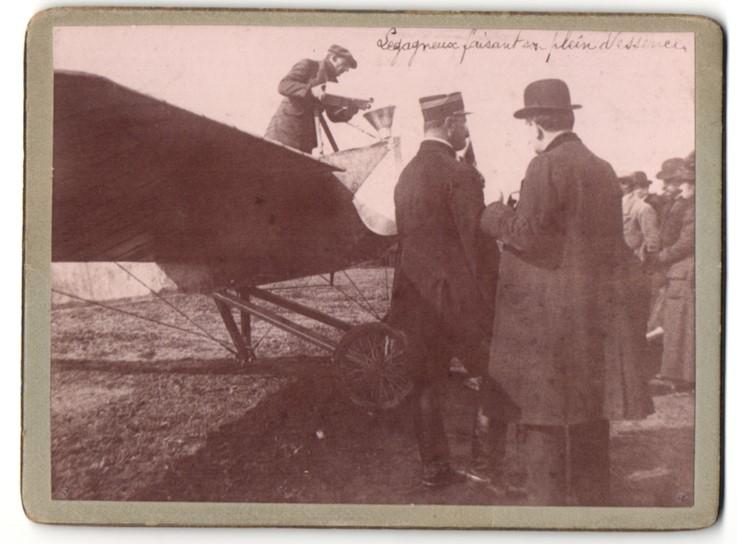 Fotografie Pionierflieger Georges Legagneux tankt sein Flugzeug