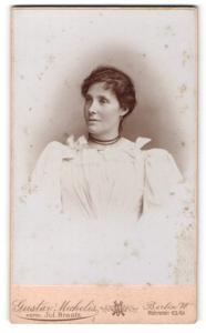 Fotografie Gustav Michelis, Berlin, Portrait dunkelhaarige Schönheit mit Halskette im Schleifenkleid