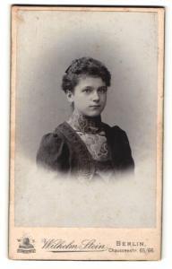 Fotografie Wilhelm Stein, Berlin, Portrait junge Dame im eleganten Kleid