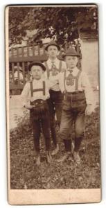 Fotografie unbekannter Fotograf und Ort, Portrait drei kleine Jungen in Trachtenhosen