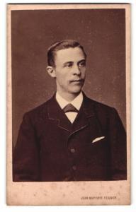 Fotografie Jean Baptiste Feilner, Osnabrück, junger Herr in Anzug mit Einstecktuch