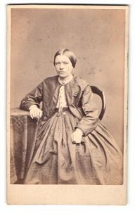 Fotografie unbekannter Fotograf und Ort, Portrait Fräulein mit streng zusammengebundenem Haar in zeitgenöss. Kleidung