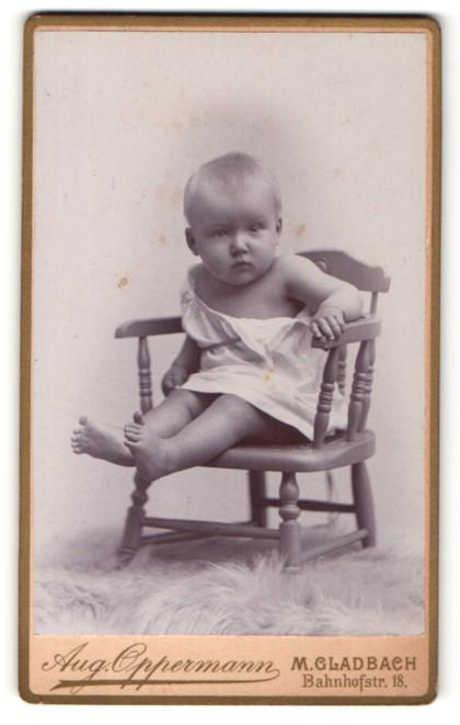 Fotografie Aug. Oppermann, M. Gladbach, Portrait niedliches Kleinkind im weissen Hemd auf Stuhl sitzend