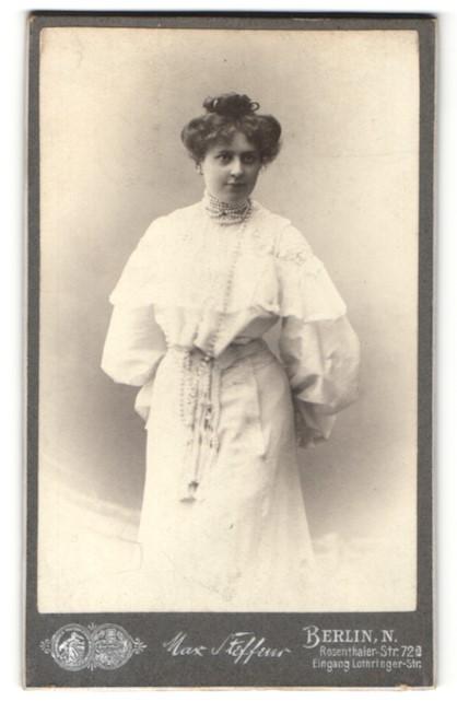 Fotografie Max Steffeur, Berlin-N., Portrait junge Dame mit Hochsteckfrisur im weissen Kleid