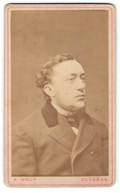 Fotografie R. Wolf, Oederan, Portrait charmanter Herr mit Bart in zeitgenössischer Kleidung