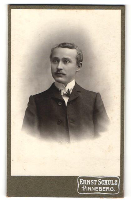 Fotografie Ernst Schulz, Pinneberg, Portrait charmanter Herr mit Fliege im Anzug