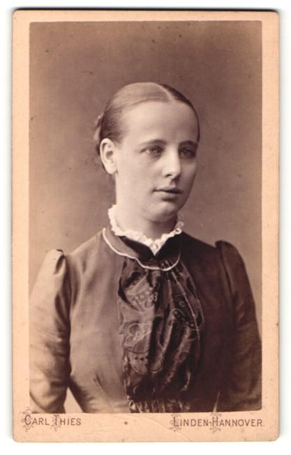Fotografie Carl Thies, Linden-Hannover, Portrait junge Dame mit zurückgebundenem Haar im modischen Kleid