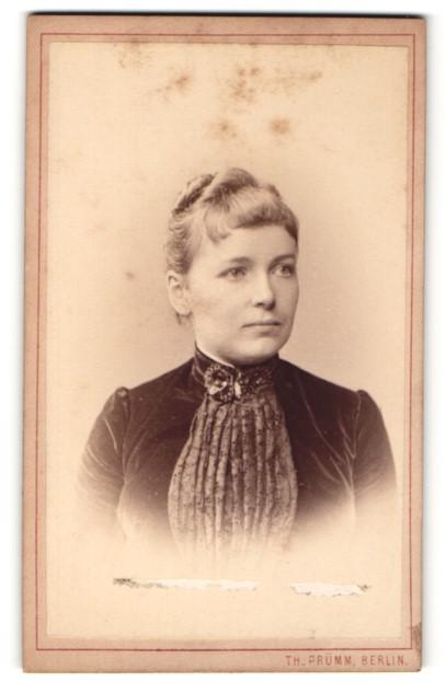 Fotografie Th. Prümm, Berlin, Portrait junge Dame mit Hochsteckfrisur im eleganten Kleid