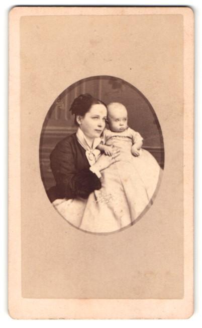 Fotografie unbekannter Fotograf und Ort, Portrait junge lächelnde Mutter mit Baby auf dem Arm