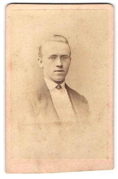 Fotografie H. Hirsch, Berlin, Portrait charmanter Herr mit Brille in zeitgenössischer Kleidung
