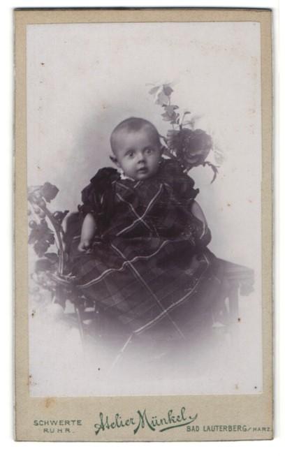 Fotografie Atelier Münkel, Schwerte / Ruhr, Bad Lauterberg / Harz, Portrait niedliches Kleinkind im hübschen Kleid