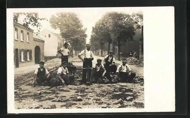 Foto-AK Strassenbauarbeiter verlegen Pflasterstein