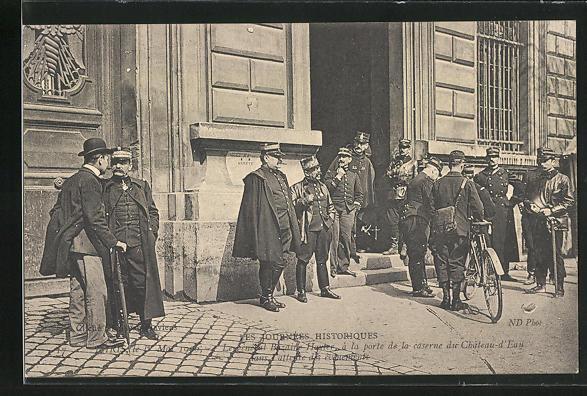 AK Paris, Arbeiter-Unruhen 1. Mai 1906, Le Général Buzaire Hayter à la porte de la Caserne du Chateau d`Eau