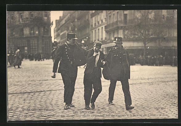 AK Paris, Arbeiter-Unruhen 1. Mai 1906, Polizisten führen einen jungen Aufrührer ab