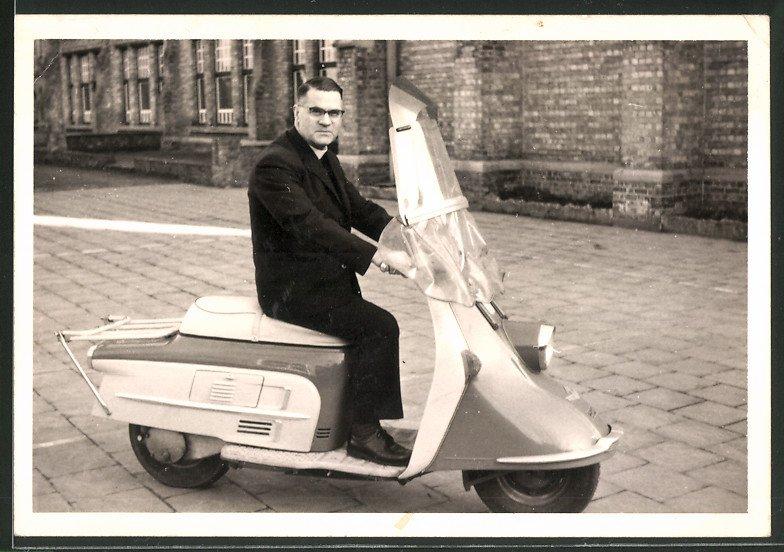 Fotografie Motorrad Heinkel Tourist, Fahrer auf Motorroller sitzend