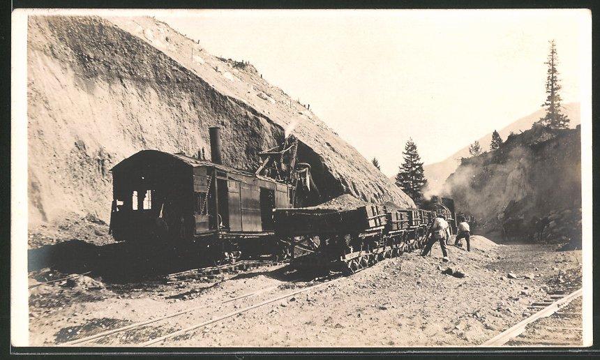 Fotografie Eisenbahn Kanada C.N.R., Bagger mit Dampfmaschine auf Eisenbahn-Waggon füllt Loren mit Erde