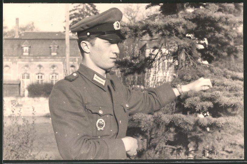 Fotografie Soldat der NVA in Uniform mit Abzeichen