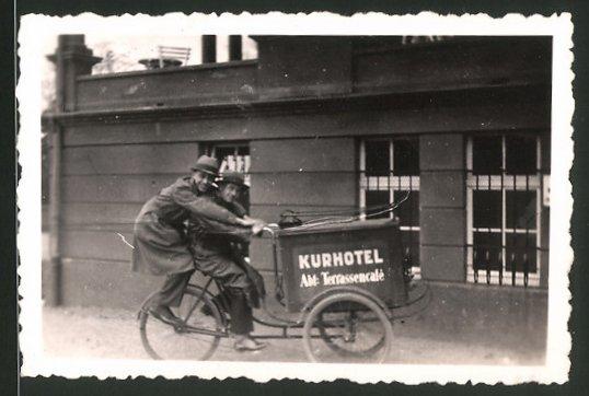 Fotografie Burschen mit Fahrrad - Lastenfahrrad, Kurhotel Abt.: Terrassencafé