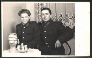 Fotografie KVP-Polizei, Kasernierte Volkspolizei, Burschen - Kameraden in Uniform