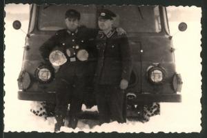 Fotografie NVA, DDR-Soldaten in Uniform mit Bus Robur im Schnee
