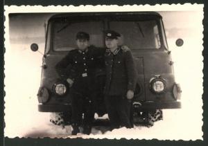 Fotografie DDR, Soldaten der NVA mit Robur Bus im Schnee