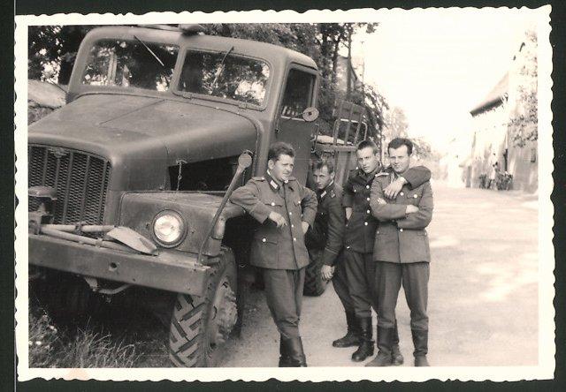 Fotografie DDR, NVA-Soldaten in Uniform mit Lastwagen IFA G5