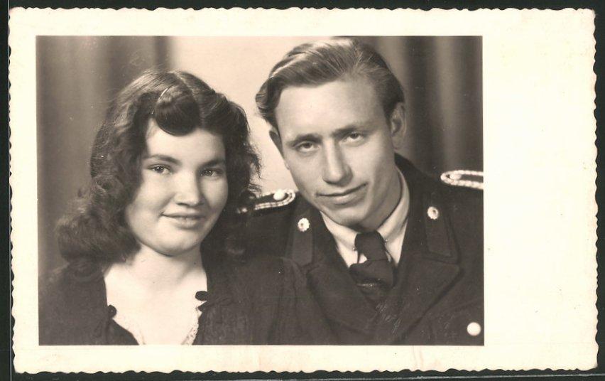 Fotografie KVP-Polizei, Kasernierte Volkspolizei, Polizist in Uniform nebst Verlobter 1948