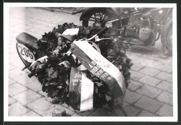 Fotografie Motorrad-Rennen Hercules-Bergpreis-Kassel, Siegerkranz auf Rennmotorrad Startnummer 206