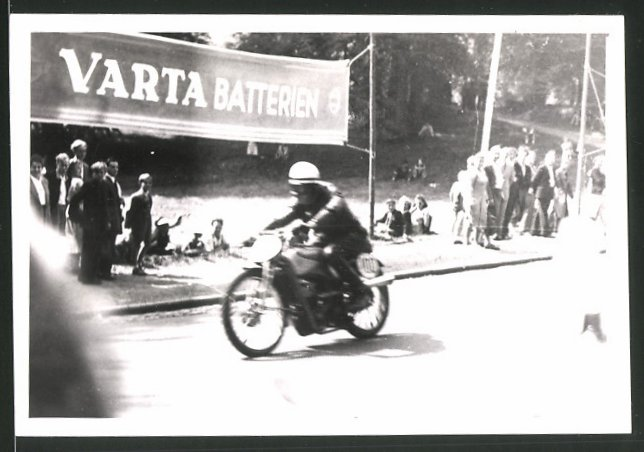 Fotografie Motorrad-Rennen Hercules-Bergpreis-Kassel, Rennmotorrad mit Startnummer 100 im Ziel, Reklame Varta Batterien