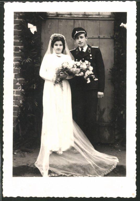 Fotografie KVP-Polizei, Kasernierte Volkspolizei, junger Soldat in Uniform nebst Hochzeitsbraut
