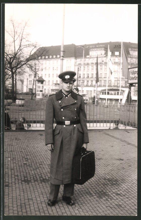 Fotografie Fotograf unbekannt, Ansicht Leipzig, Soldat der NVA am Hotel Astoria