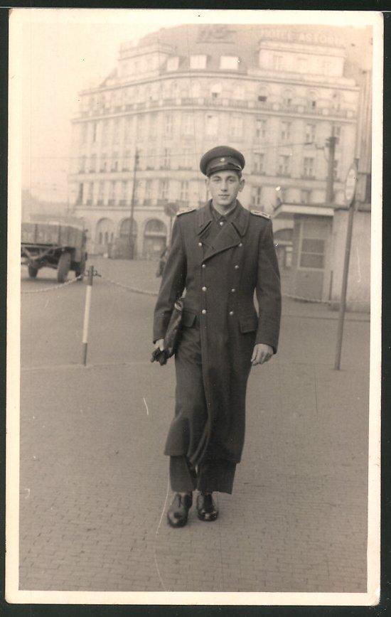 Fotografie R. Meyenberg, Leipzig, Ansicht Leipzig, Soldat der NVA vor dem Hotel Astoria
