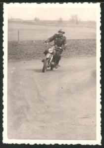 Fotografie NVA-Grenzschutz, Motorrad MZ-ES 175, Grenzsoldat auf Krad sitzend