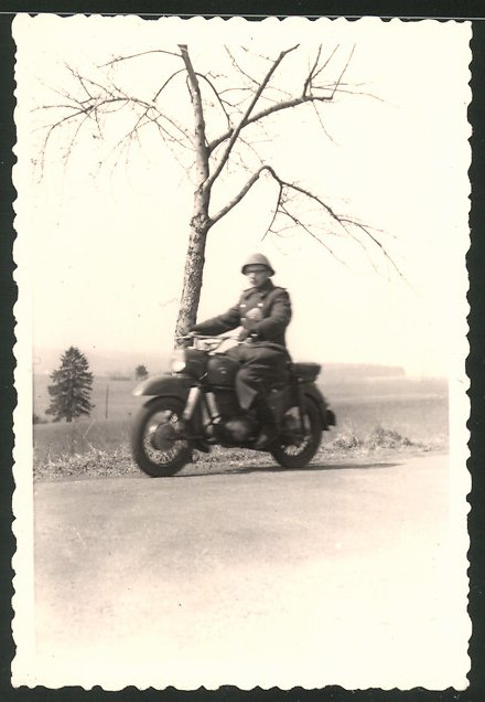 Fotografie NVA-Grenzschutz, Motorrad MZ-ES 175, Soldat der Grenztruppen mit Krad auf Patrouille