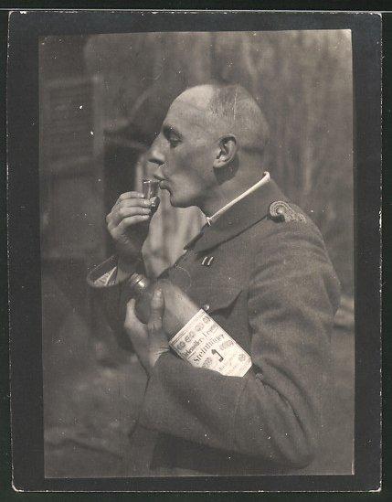 Fotografie 1.WK, Leutnant trinkt Steinhäger Wacholderschnaps