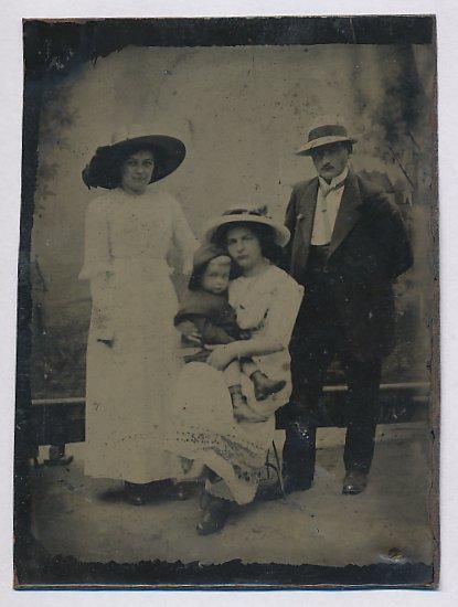 Fotografie Ferrotypie Edelmann und Damen mit Hut im Foto-Atelier